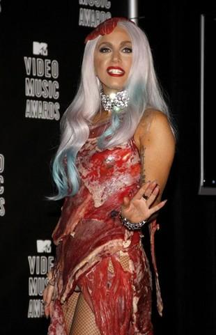 Lady Gaga miała sukienkę z PRAWDZIWEGO mięsa (FOTO)
