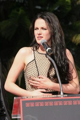 Kristen Stewart nosi bieliznę korygującą (FOTO)