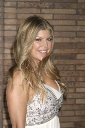 Fergie w białej sukni (FOTO)