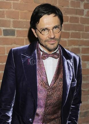 Krzysztof Ibisz w fioletowym wdzianku (FOTO)