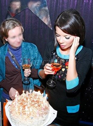 Edyta Górniak zdmuchuje świeczki na torcie (FOTO)