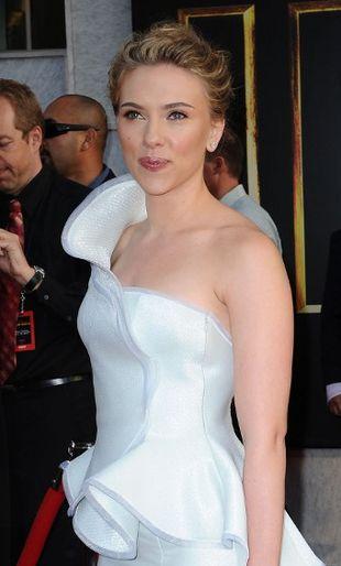 Scarlett Johansson poci się na czerwonym dywanie
