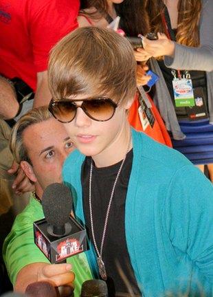 Justin Bieber lubi kolorowe dodatki (FOTO)