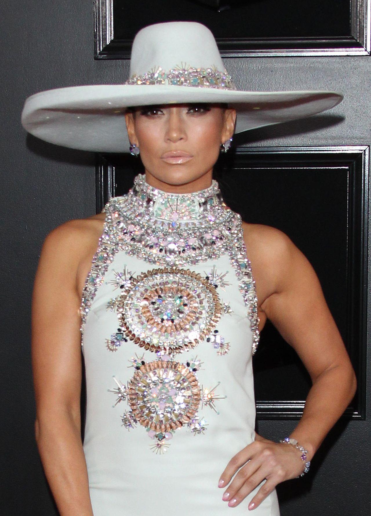 Ogromny kapelusz Jennifer Lopez na gali Grammy 2019