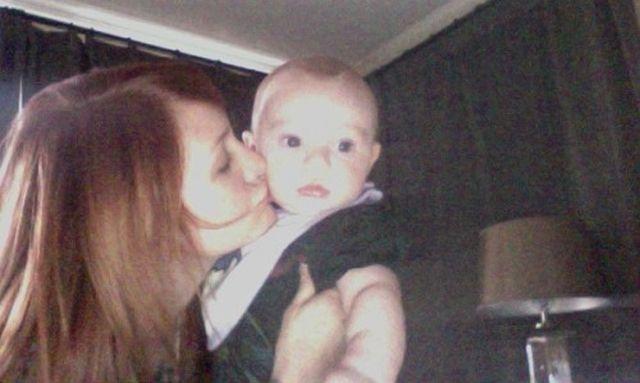 Ashlee w domu z dzieckiem, Pete ze striptizerkami