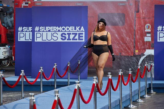 Supermodelka Plus Size – pokaz bielizny