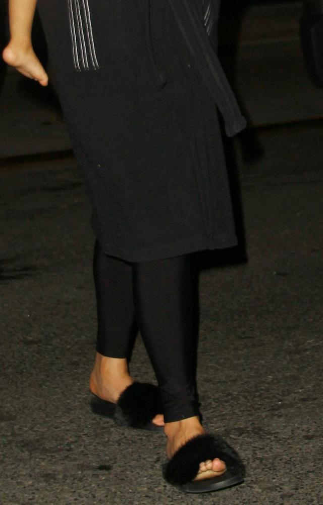 Chrissy kryje swój ciążowy brzuszek przed paparazzi!