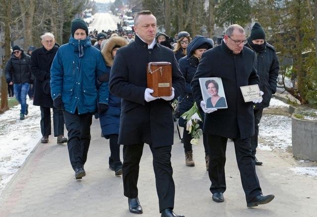 Trwa pogrzeb Agnieszki Kotulanki (DUŻO ZDJĘĆ)