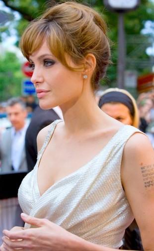 Angelina Jolie manipuluje Shiloh!