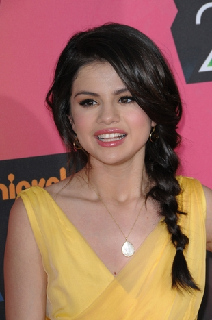 Selena Gomez w słonecznej kreacji (FOTO)