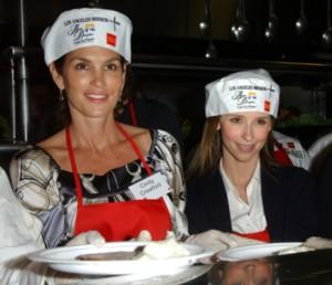 Cindy Crawford i Jennifer Love Hewitt dla bezdomnych (FOTO)