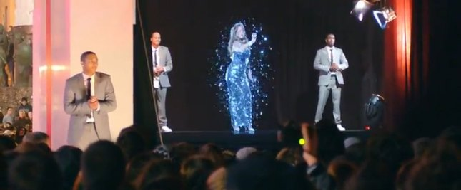 Mariah Carey rozsypuje się w srebrny pył [VIDEO]