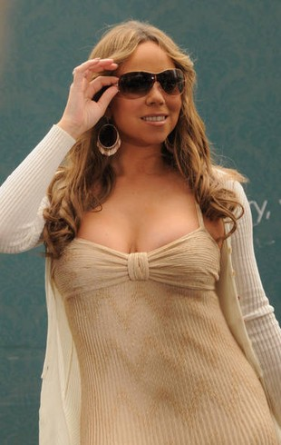 Ciężarna Mariah Carey upada na scenie (FOTO)