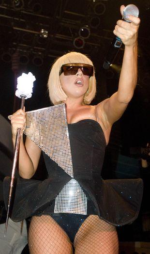 Lady Gaga chowa sutki pod taśmą klejącą (FOTO)