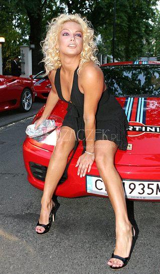 Joanna Liszowska rozkłada się na samochodzie (FOTO)