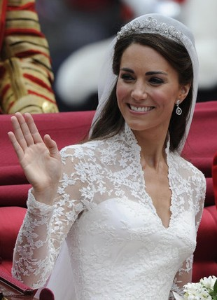 Suknia ślubna Kate Middleton jako eksponat do oglądania
