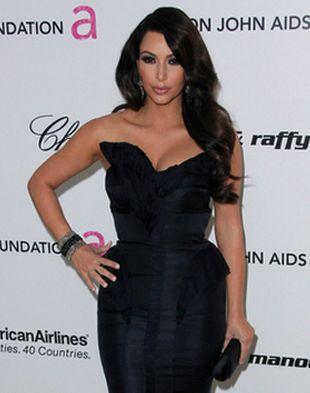 Kim Kardashian wypina pupę (FOTO)