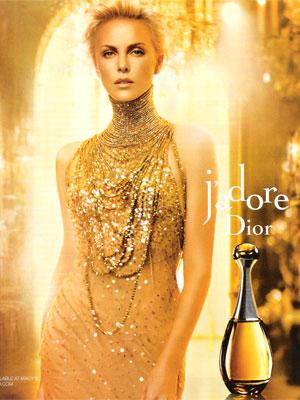 Charlize Theron skąpana w złocie w reklamie Diora (VIDEO)