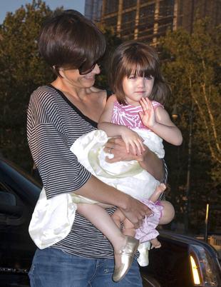 Suri coraz chętniej bawi się z synami Beckhamów