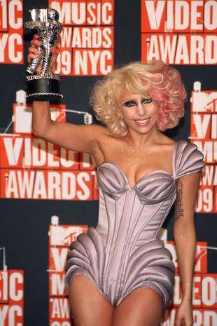Lady Gaga, jej kostiumy i szokujące show (FOTO)