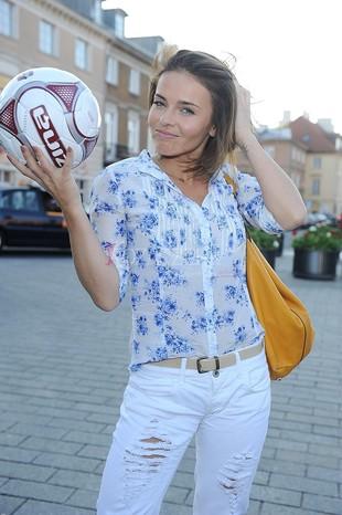 Herbuś w szpilkach kopie piłkę (FOTO)