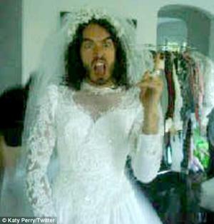 Russell Brand w sukni ślubnej (FOTO)