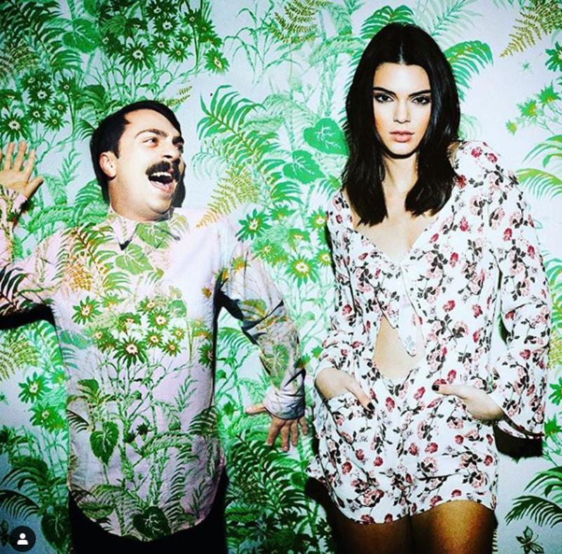 """Ten mężczyzna to """"bliźniak"""" Kendall Jenner. Jest na każdym jej zdjęciu!"""