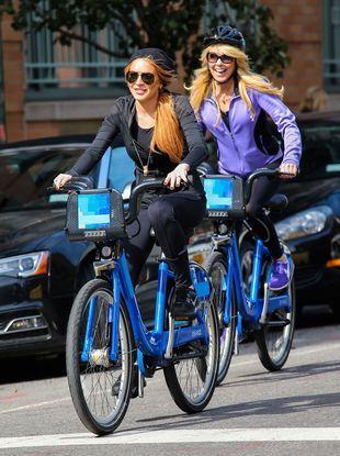 Lindsay i Dina Lohan przesiadły się na rowery (FOTO)