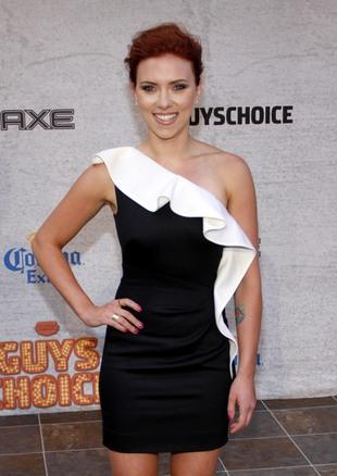 Scarlett Johansson chudnie (FOTO)