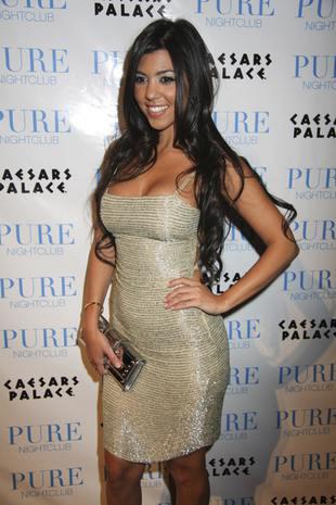 Kourtney Kardashian za szeroko rozkłada nogi