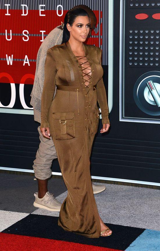 Kim Kardashian w zielonej, obcisłej, sznurowanej sukience
