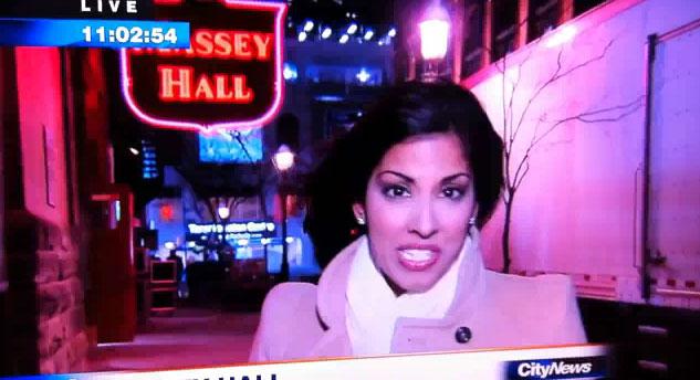 Wpadka reporterki – leje się z nosa (VIDEO)