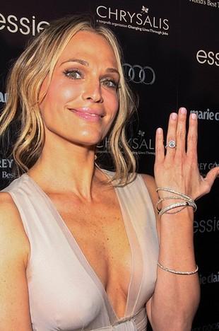 Kto się chwali pierścionkiem zaręczynowym? (FOTO)