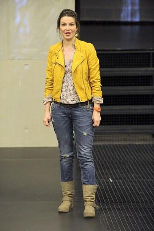 Kanarkowa kurtka i podarte dżinsy (FOTO)