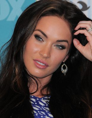 Megan Fox – brzoskwiniowa cera i sexy spódniczka (FOTO)