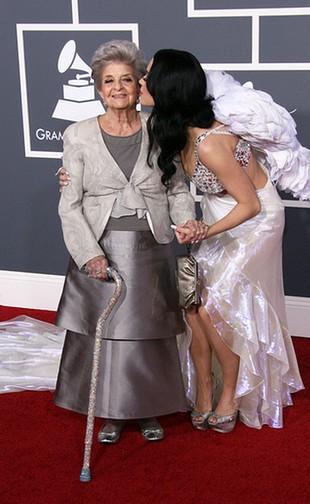 Katy Perry na imprezie Grammy z babcią! (FOTO)