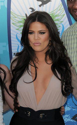 Khloe Kardashian błyska biustem (FOTO)