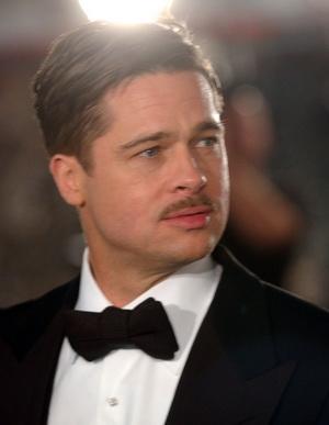 Żółciutki Brad Pitt reklamuje komórki (VIDEO)