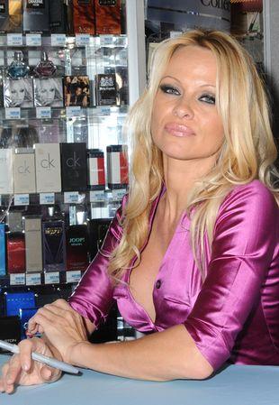 Różowa Pamela Anderson promuje swój zapach (FOTO)
