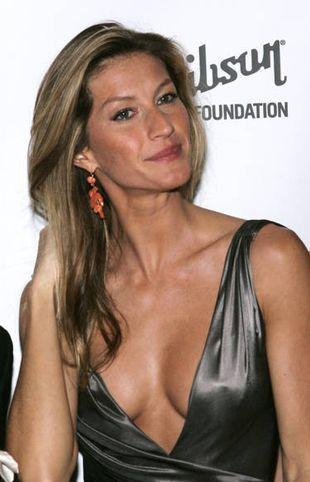 Mario Testino musiał wpychać Gisele Bundchen do branży
