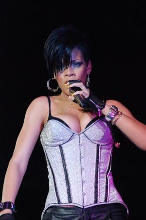 Rihanna szaleje na koncercie (FOTO)