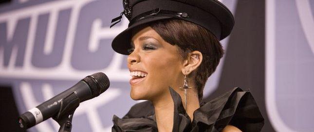 Rihanna w grzybku, czapce policyjnej (FOTO)