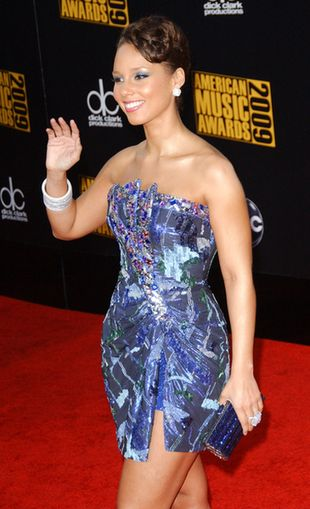 Alicia Keys pokazała nogi, niestety (FOTO)