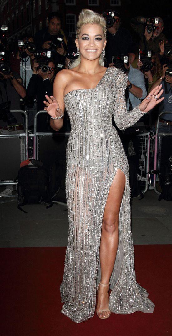 Rita Ora w srebrnej sukni z jednym rękawem na gali GQ 2014
