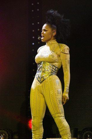 Wypływający biust Janet Jackson (FOTO)