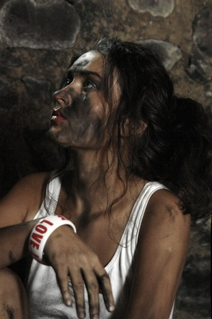 Brudna Sara May w podkoszulku (FOTO)
