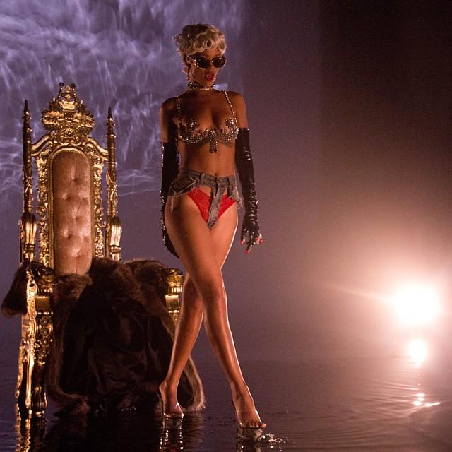 Rihanna pokazuje gorące zdjęcia zza kulis klipu Pour It Up
