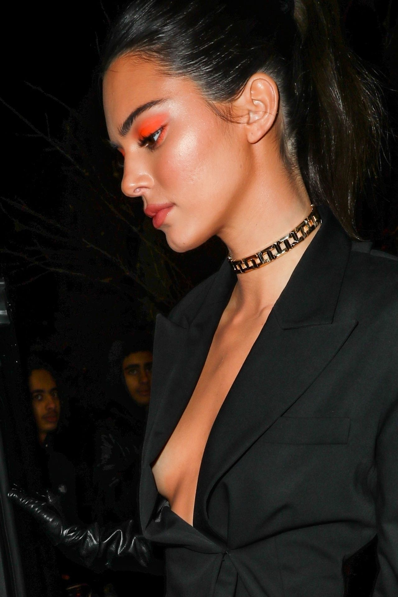 Kendall Jenner z pomarańczowymi powiekami, w czarnym kostiumie