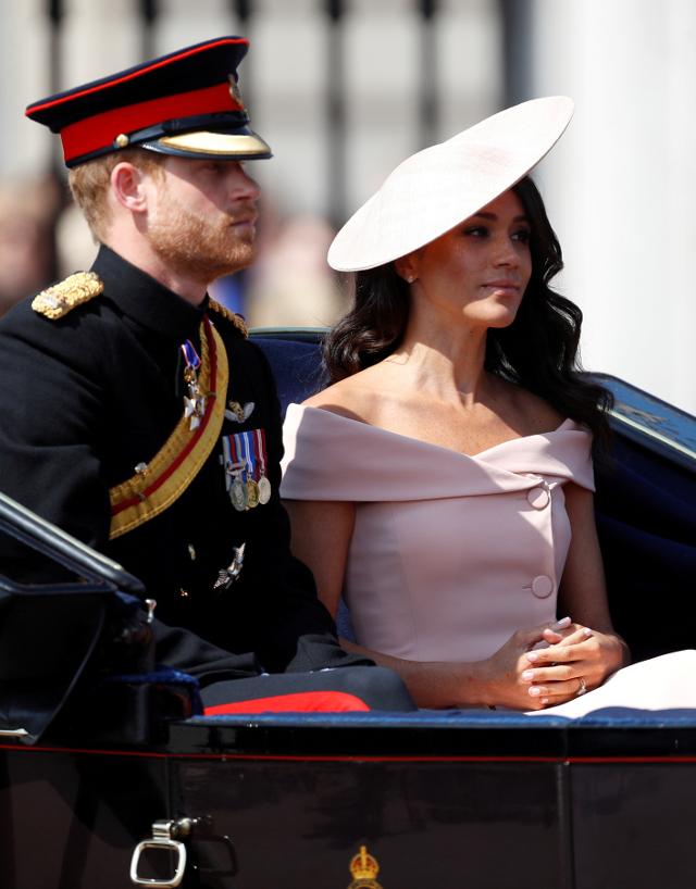 Meghan Markle pierwszy raz na BALKONIE pałacu! Stanęła z całą rodziną królewską