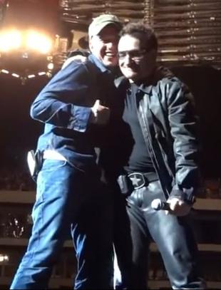 Bono zaprosił Polaka na scenę podczas koncertu [VIDEO]